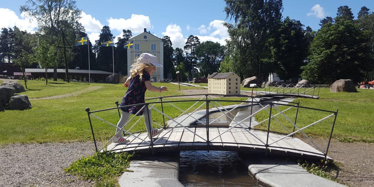 Flicka leker vid barnens minikanal i Norrqvarn, vid Göta kanal.