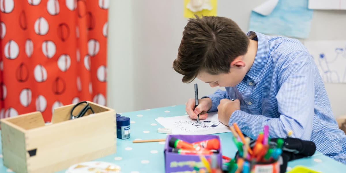 Ungdom som ritar i Skapande Verkstad