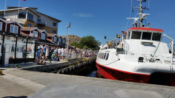 A long line of people in front of the Kosterferry in Strömstads northen harbour.