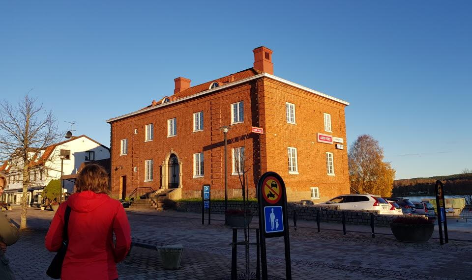 En bild på Storgatan 8 i Bengtsfors. Dalslands Turist ABs kontor samt Bengtsfors Turistbyrå.
