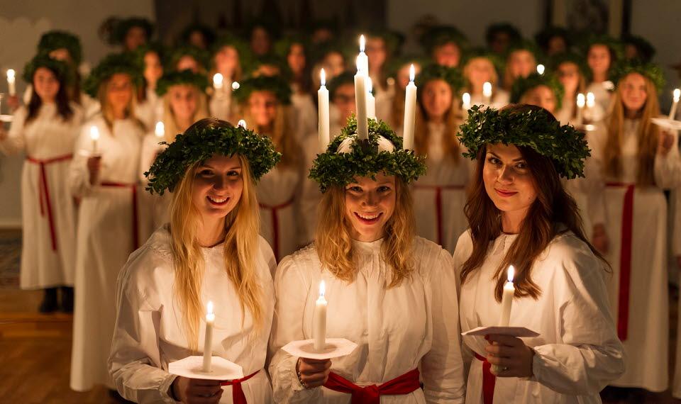 Luciafirande med Lucia i mitten omgiven av sina tärnor