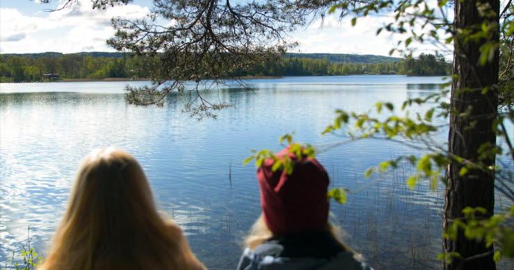 Två personer tittar ut över Flämsjön