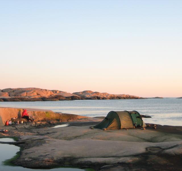 Ett grönt tält uppställt på en ö i Strömstads skärgård.