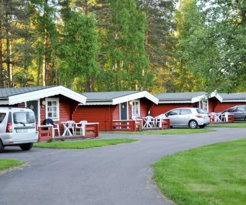 Röda trästugor i semesterbyn på Hökensås.