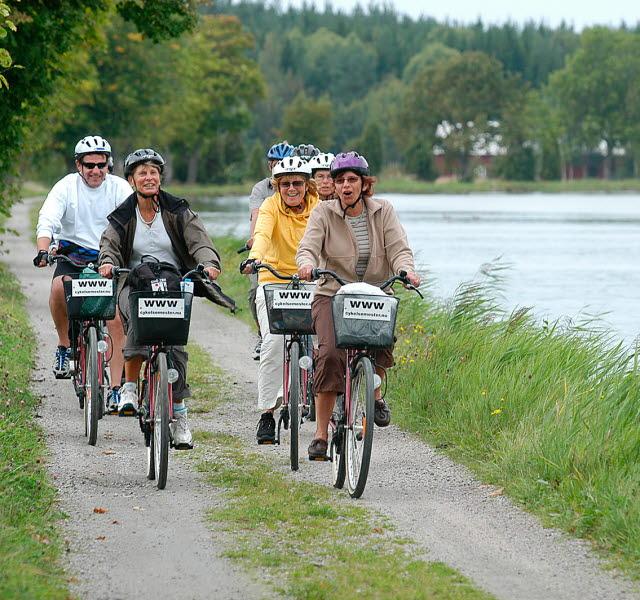 Cyklister längs Göta kanal.