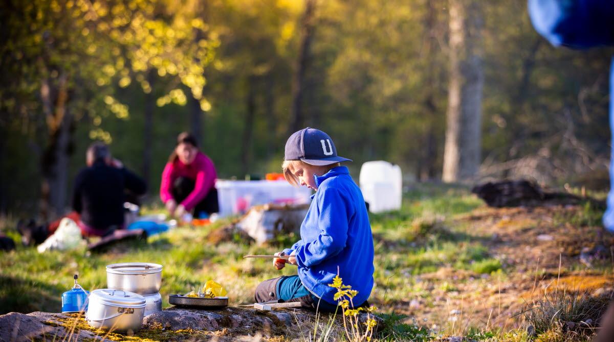 Barn är utomhus i höstig miljö