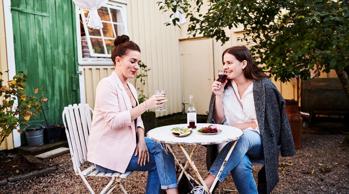 Kvinnor fikar utanför Kafé i Alingsås