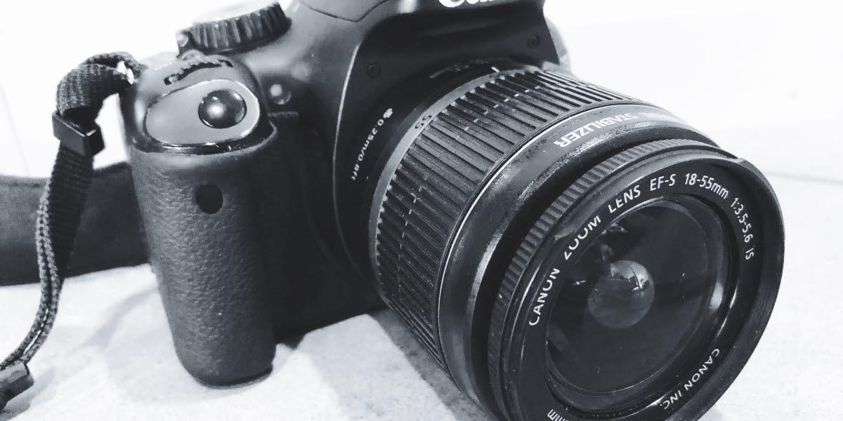 Svartvit fotografi på en systemkamera.
