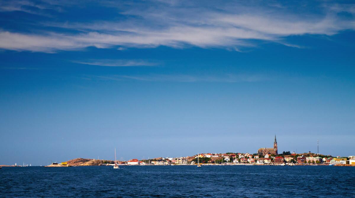 stad med kyrka sett från havet