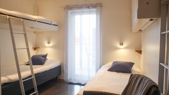 Ett ljust inrett rum på Havskatten Hotell & Vandrarhem.