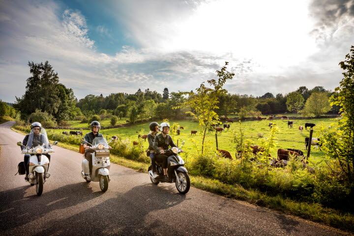 Fyra personer på tre stycken EU-mopeder kör längs vägarna i Valle.