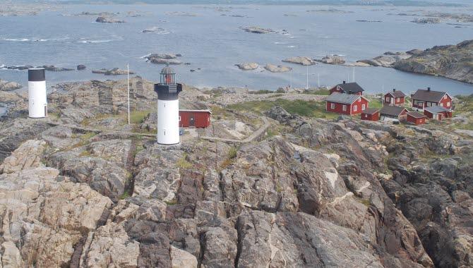 Flygbild över ön Ursholmen som ligger i Kosterhavets nationalpark med två fyrar och fyrvaktarbostäder.