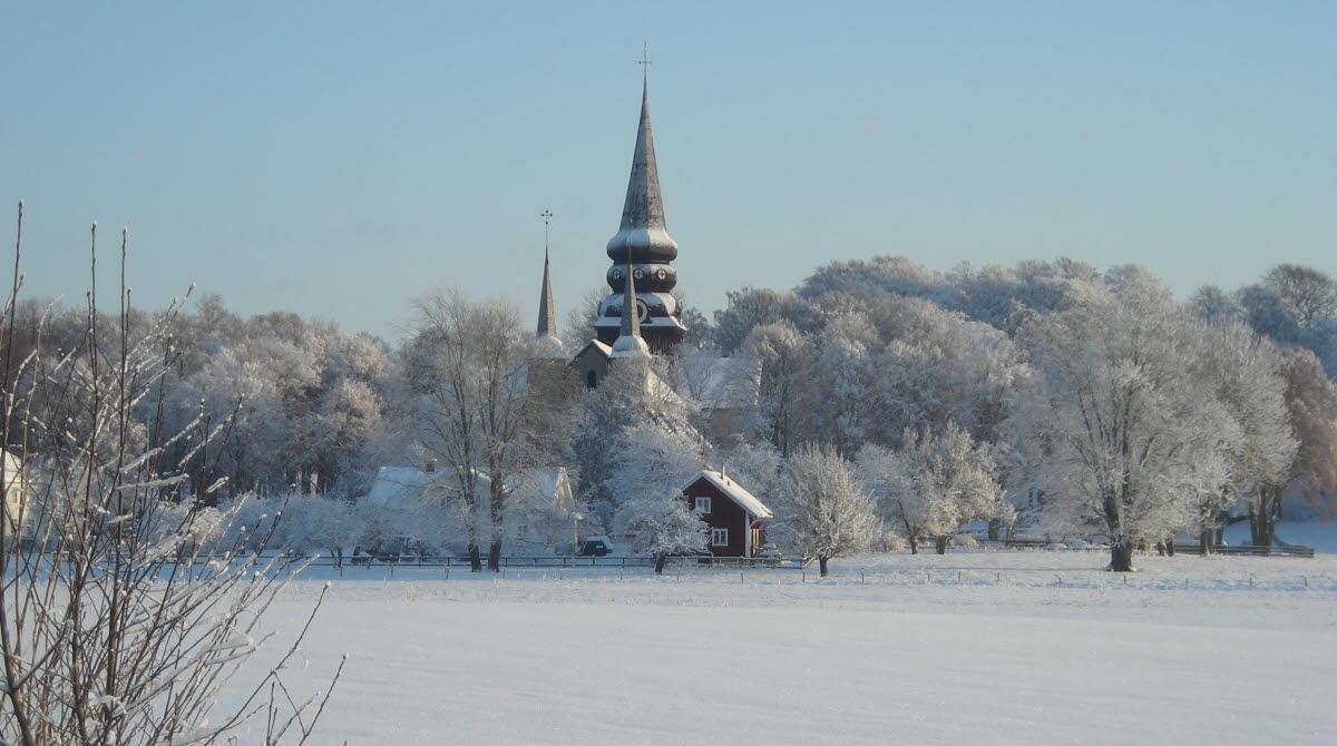 Varnhems klosterkyrka i frostigt och snöigt landskap.