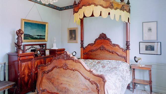 En vacker säng i trä på Källebacka Säteri i Ulricehamn.