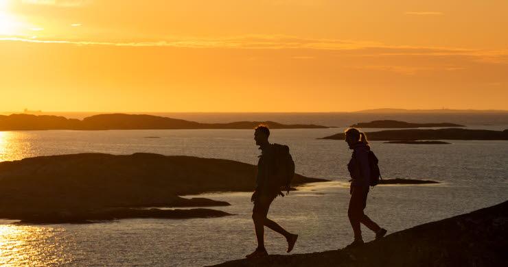 par vandrar i solnedgången
