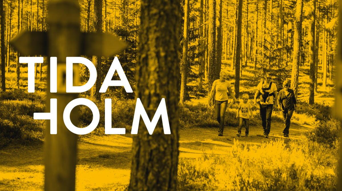 En familj som vandrar på en stig i skogen på Hökensås
