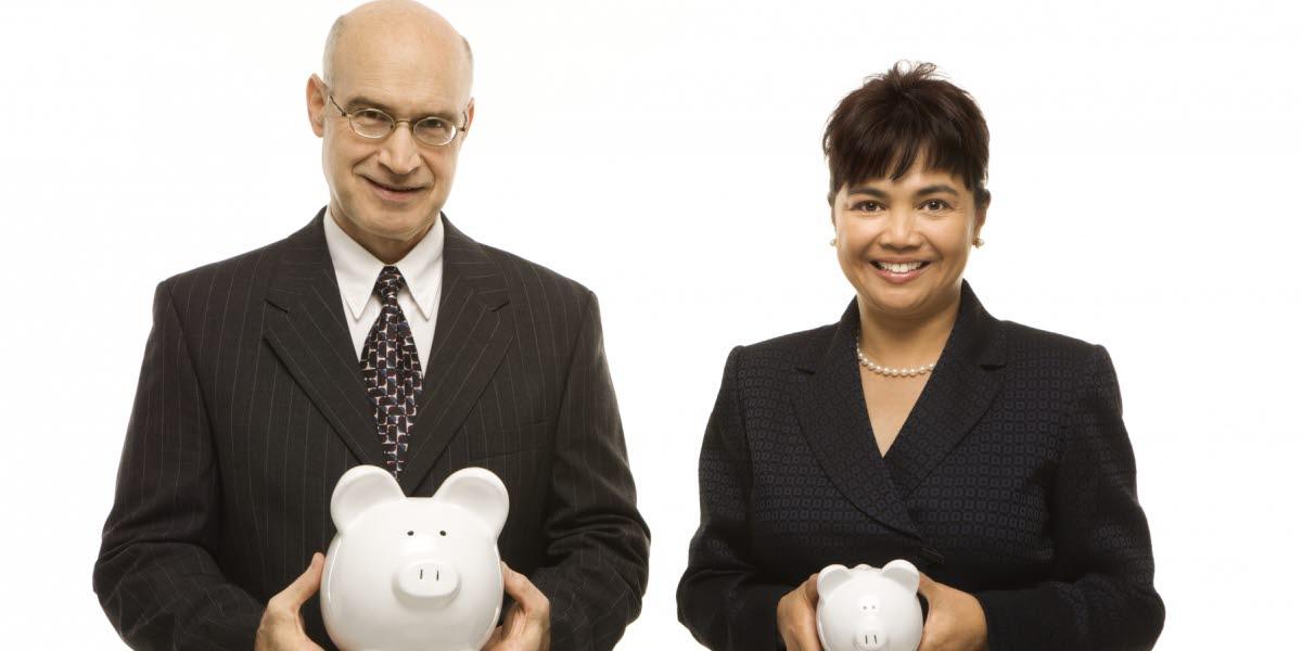 En man som håller en stor vit spargris och en kvinna som håller i en mindre vit spargris.