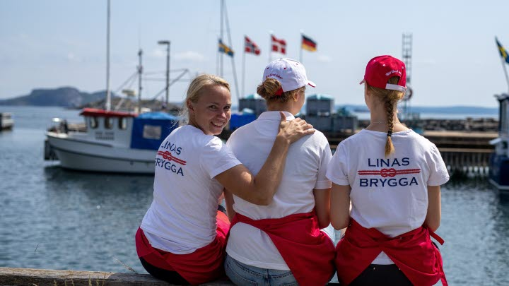 Three girls on Linas Brygga.