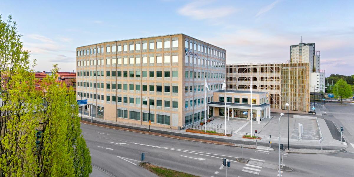 Regionens hus Skövde, ett sexvåningshus med en liten tvåvåningsutbyggnad till höger.