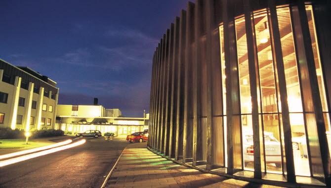 Billingehus exteriörbild kvällstid.