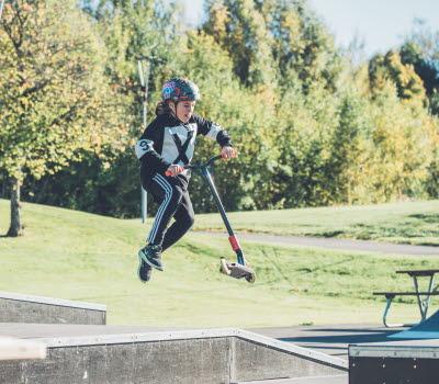 Kille på skatebanan i Ulricehamn