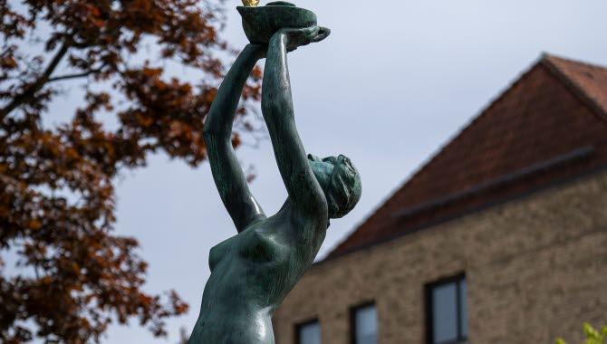 Skulpturen Heliga lågan i Trollhättan
