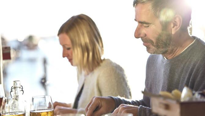 Man  och kvinna äter lunch på restaurang