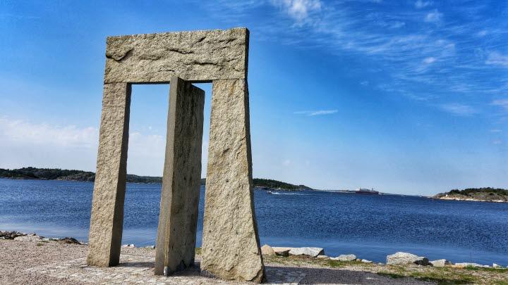 Granitskulptur Porten mot Västerhavet, 4 meter hög som liknar en port med en vinklad granitsten i mitten.