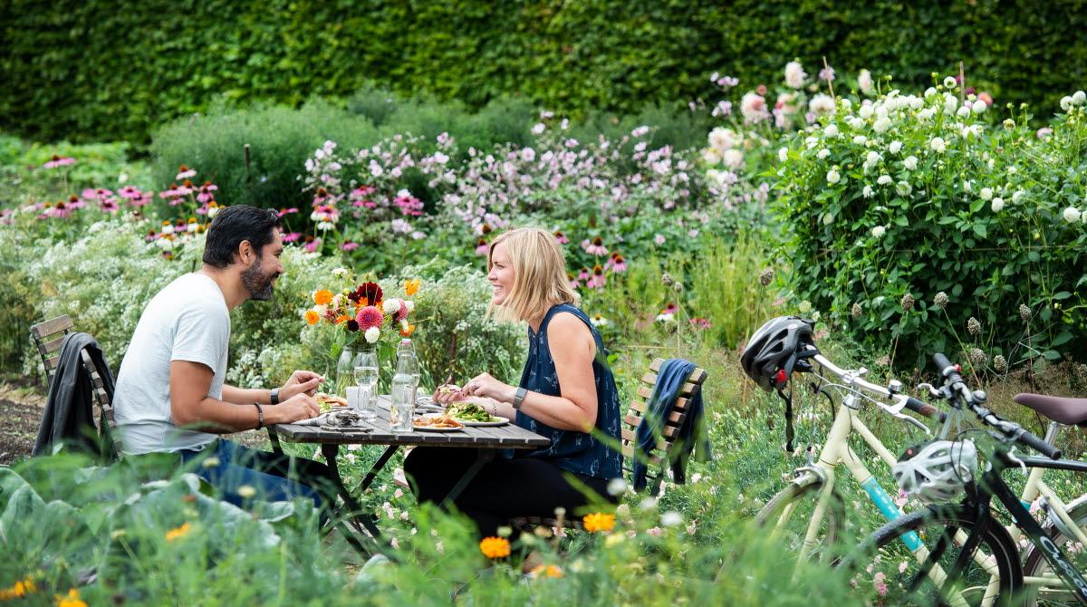 Par som äter i trädgård
