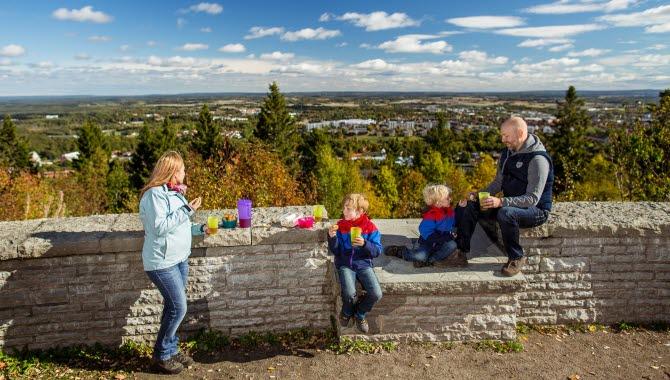 En familj som har picknick vid billingens utsiktsplats.
