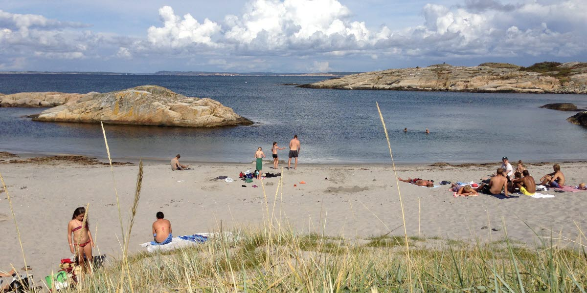A sunny day at Norrvikarna, North Koster, and people are sitting at a beach.