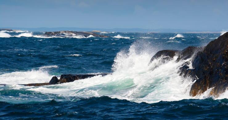 Stormigt Kosterhavet där vatten slår mot klippor