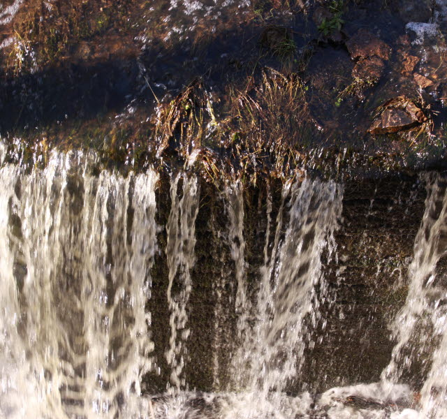 En närbild på forsande vatten.