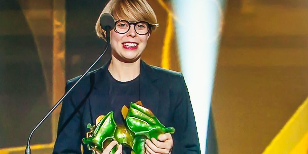 Anna Eborn mottar en Guldbagge för Bästa Dookumentärfilm.