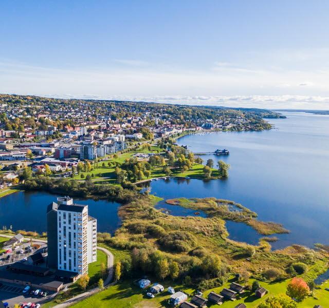 En vy över Ulricehamn och sjön Åsunden.