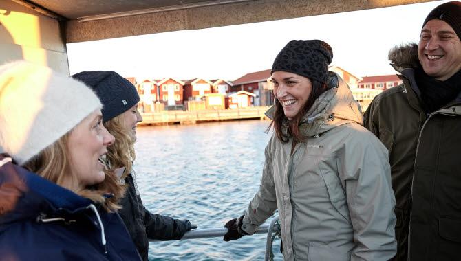 Four happy guests going in a boat with Smögens Fiske & Skärgårdsturer.