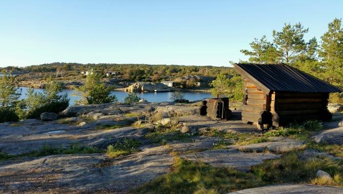 naturreservat Nötholmen med havsutsikt och ett vindskydd på berget