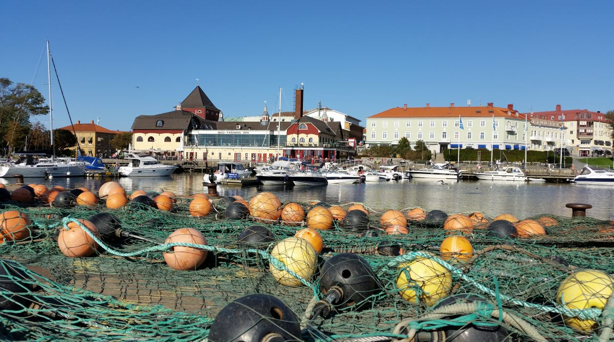 Strömstad gästhamn med fiskenät i förgrunden