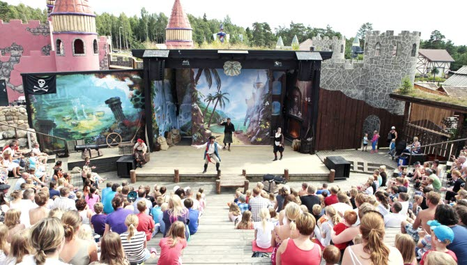 Pirate show at Daftöland's big scene. The rows of benches are filled with children and families.