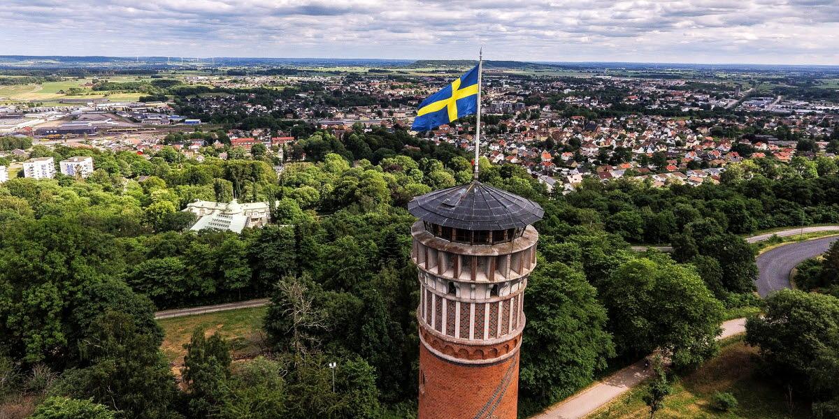 Utsiktstornet på Mösseberg med Falköping i bakgrunden.