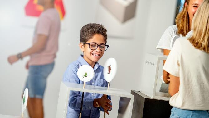 Barn som experimenterar på Navet Sciencecenter.