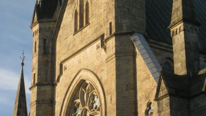 Exteriör bild på domkyrkan med torn och vackra fönster.