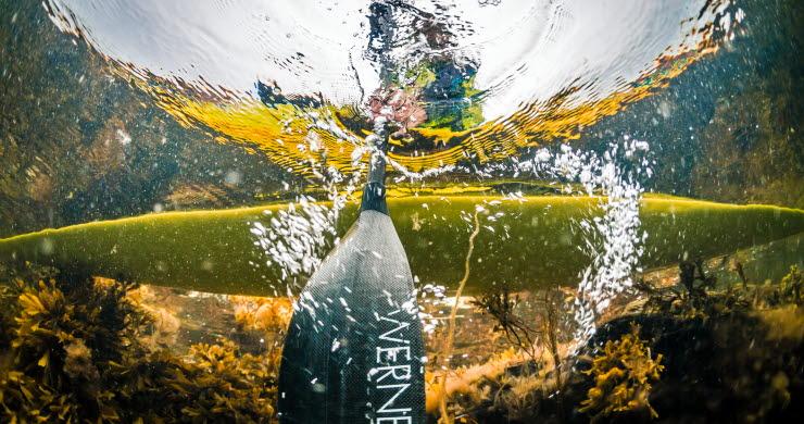 Undersidan av en kajak i vattnet