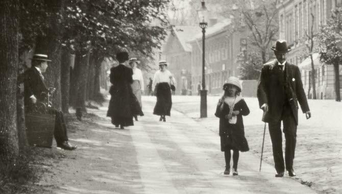 Människor som går på en gata i Falköping. Gammal Svart/vit bild.