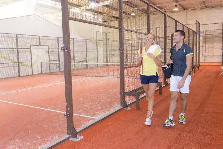 Par tar det lugnt efter en match padel-tennis.