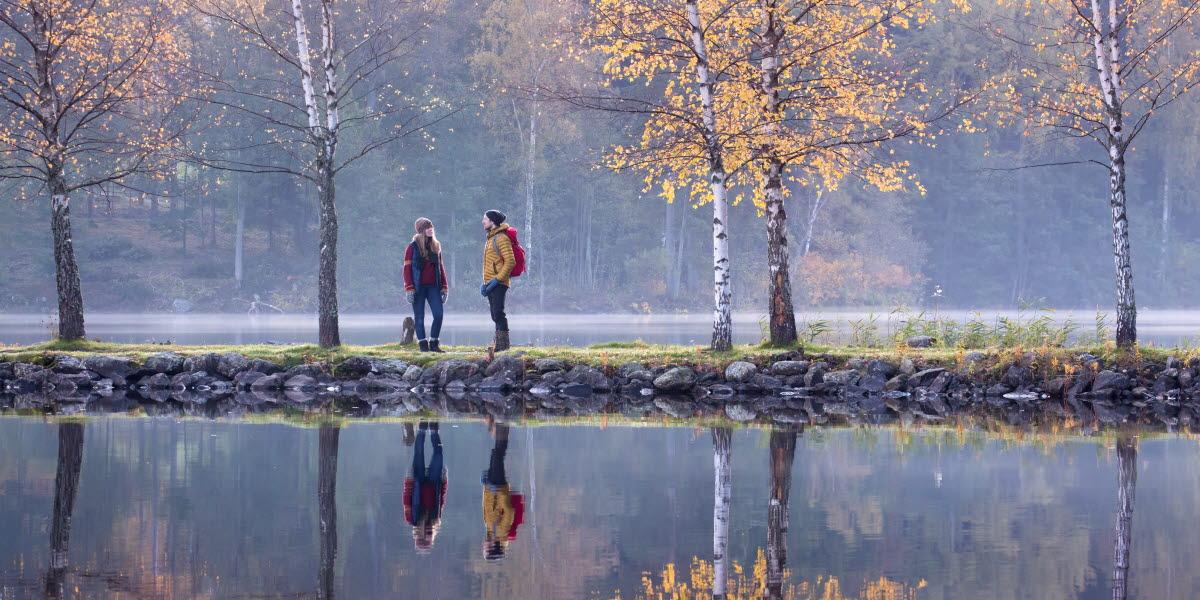 Två personer vandrar en höstdag